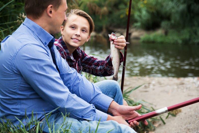 Семья с catched рыбами стоковое изображение