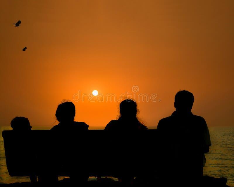 Семья тратя время совместно на пляже стоковая фотография