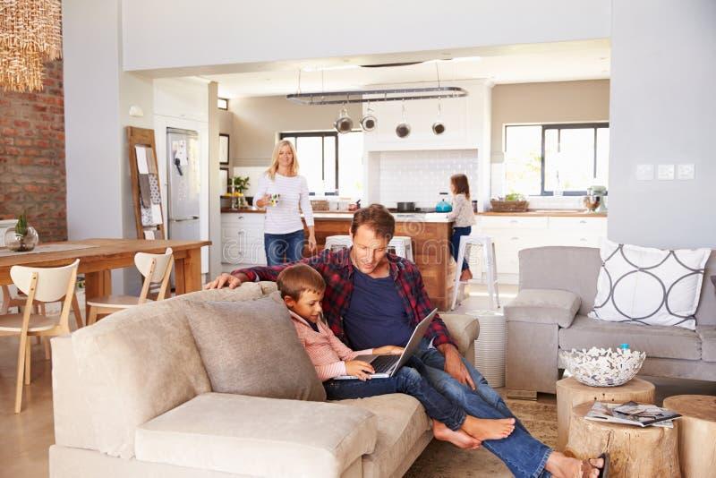 Семья тратя время совместно дома стоковое фото rf