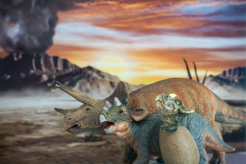 Семья трицератопса с юрской землей в предпосылку стоковое фото