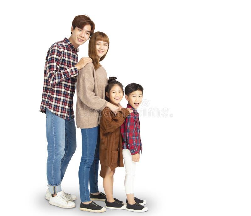 семья усмехаясь и стоя совместно стоковые фотографии rf