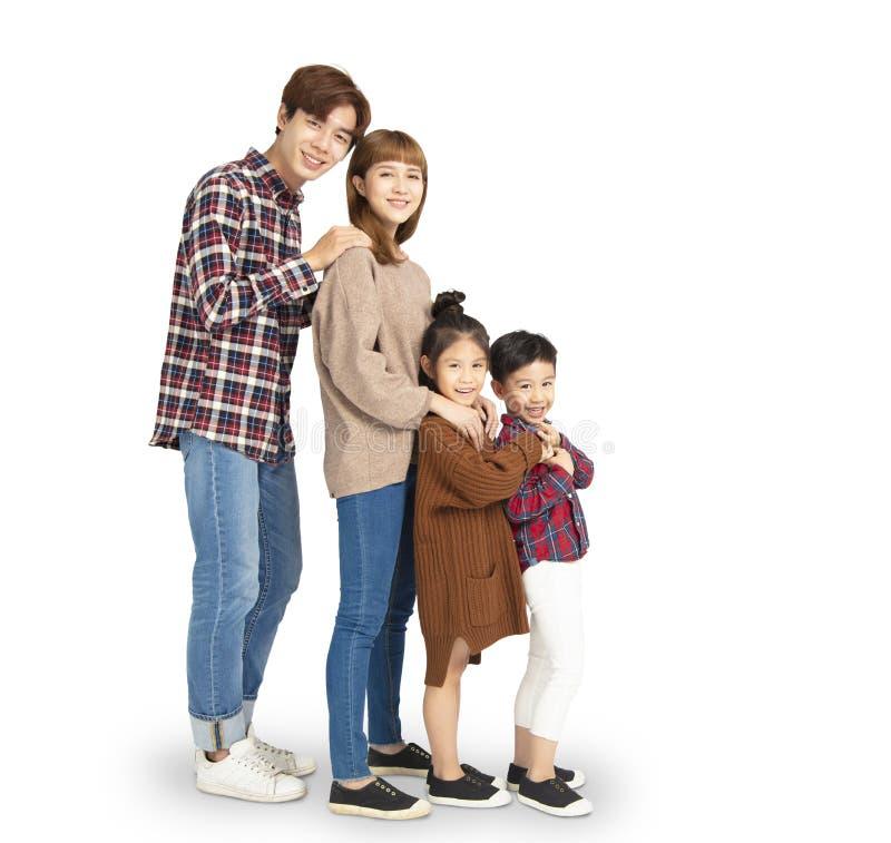 семья усмехаясь и стоя совместно стоковое изображение