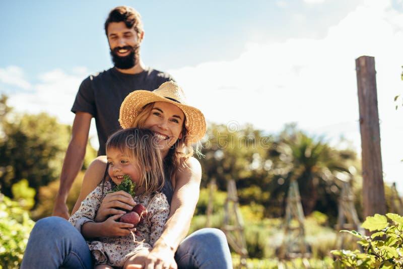 Семья фермера наслаждаясь на их ферме стоковые фотографии rf