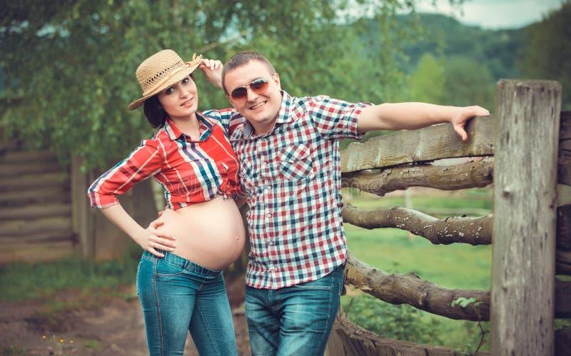 Семья фермеров ждать младенца стоковое изображение rf