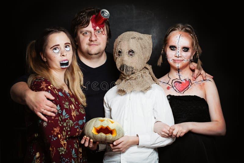 Семья хеллоуина Счастливые отец, мать и дети девушка и мальчик стоковые изображения rf
