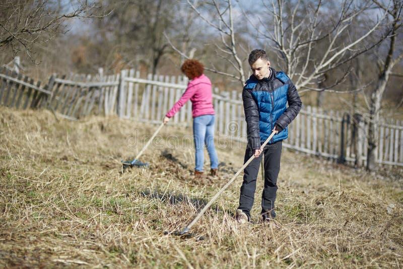 Семья чистки весны фермеров стоковая фотография rf