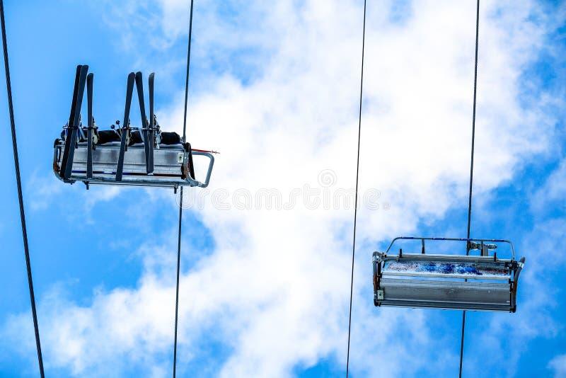 Семья лыжи нижнего взгляда на подъеме стула стоковые фото