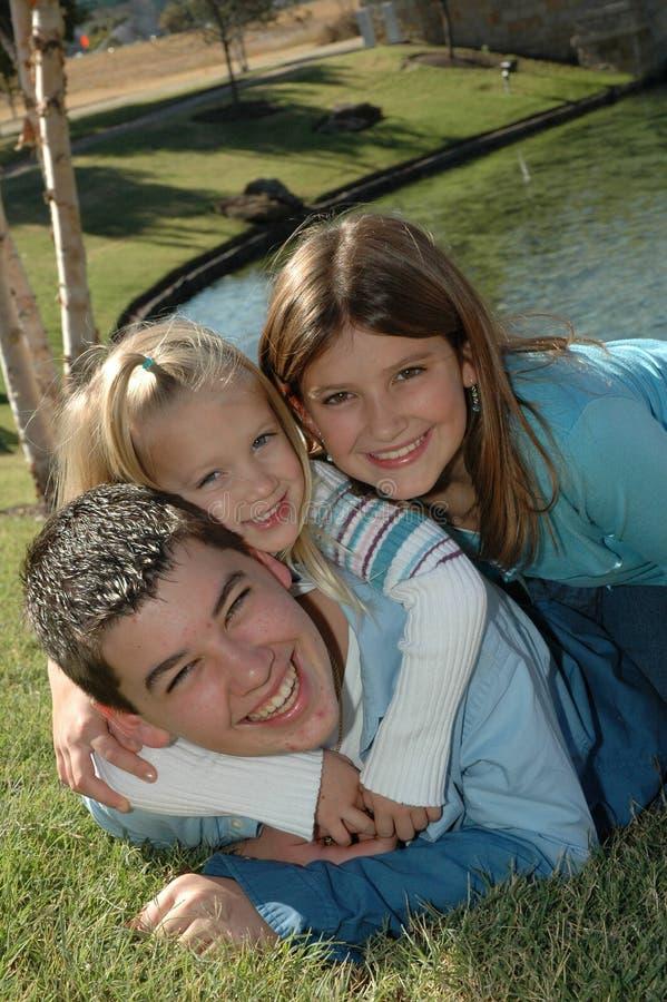 семья 2 счастливая стоковое изображение