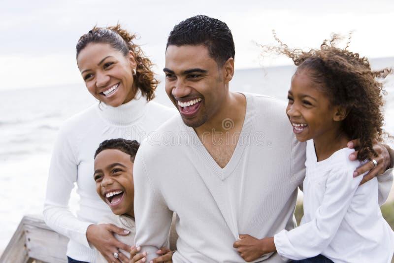 семья 4 пляжа афроамериканца счастливая стоковая фотография