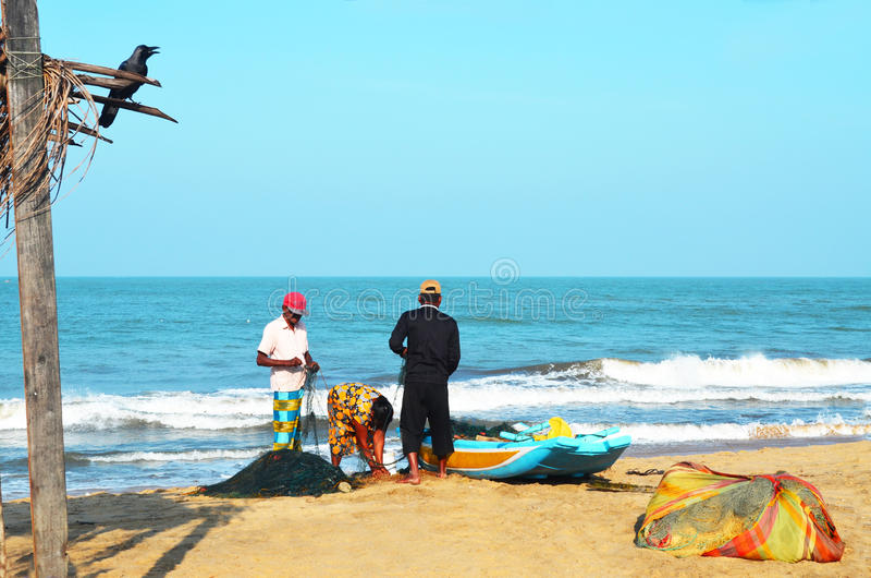 Семья fishman Negombo около шлюпки около океана стоковые фото