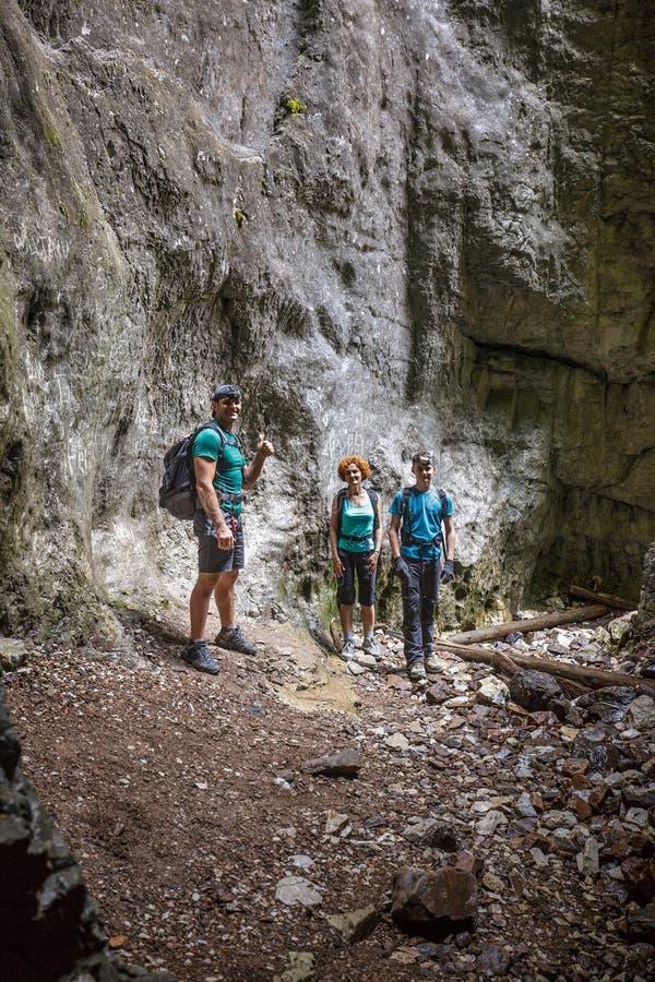 Семья Hikers в пещере стоковые фото
