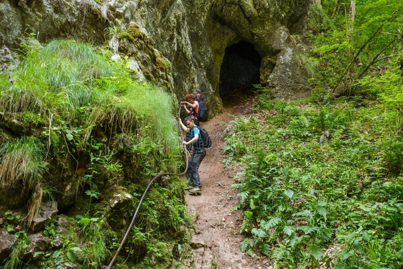 Семья hikers держа дальше к кабелю безопасности стоковое изображение rf