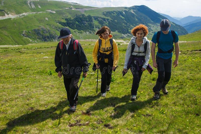 Семья hikers на горах стоковые изображения