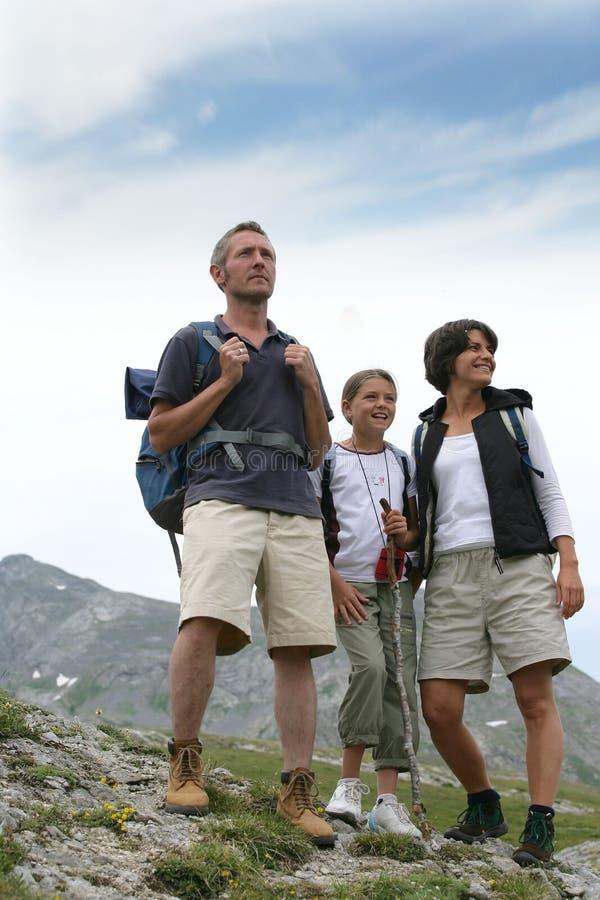 семья hiking горы стоковое изображение rf
