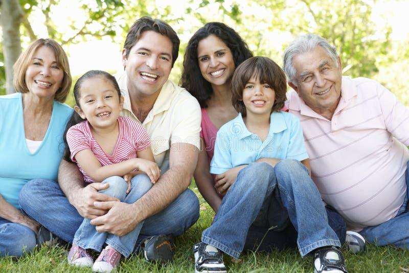 Семья Multi поколения испанская стоя в парке стоковое фото rf