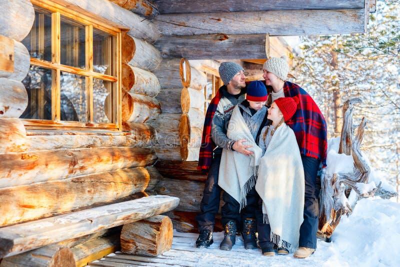 Семья outdoors на зиме стоковые фото