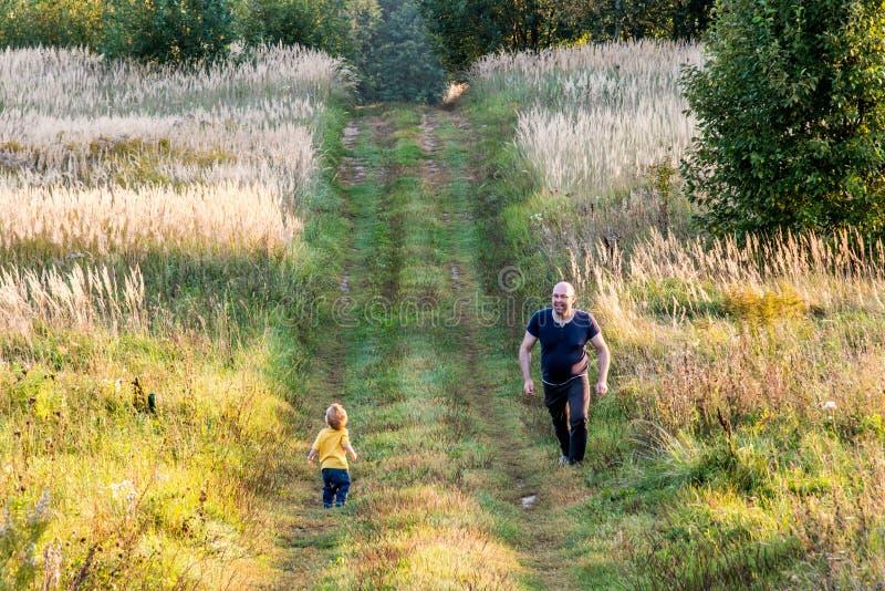 Семья outdoors, отец и сын стоковое изображение rf
