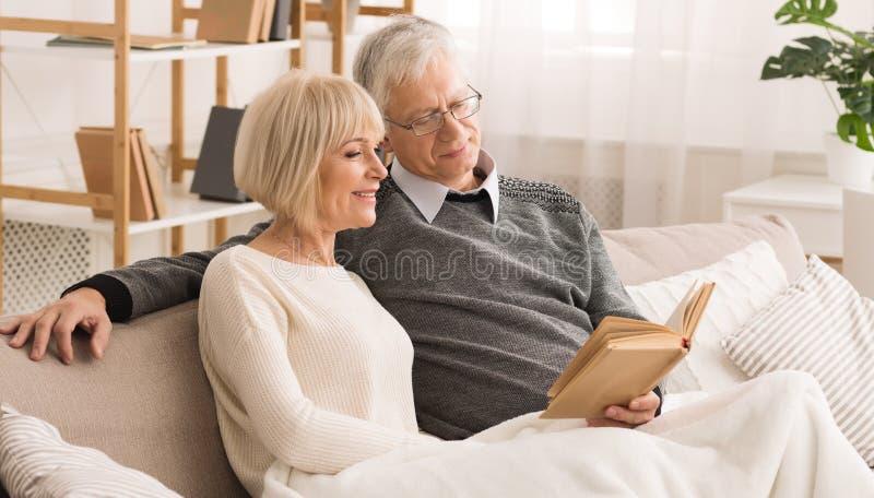 Семья Photoalbum Пожилые люди соединяют смотреть фото стоковые фотографии rf