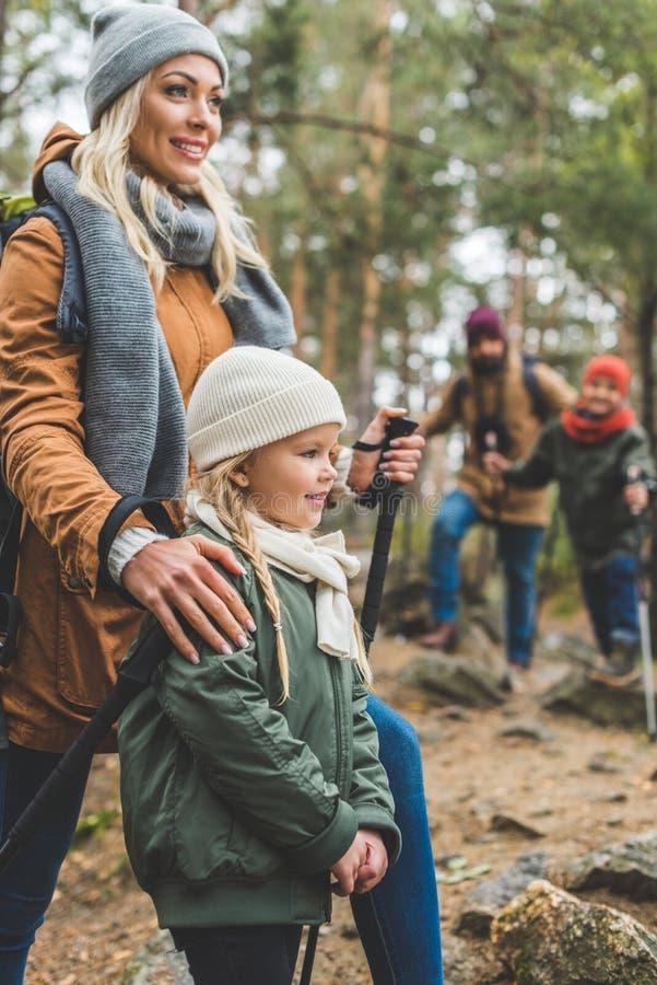 Семья trekking совместно стоковые фотографии rf