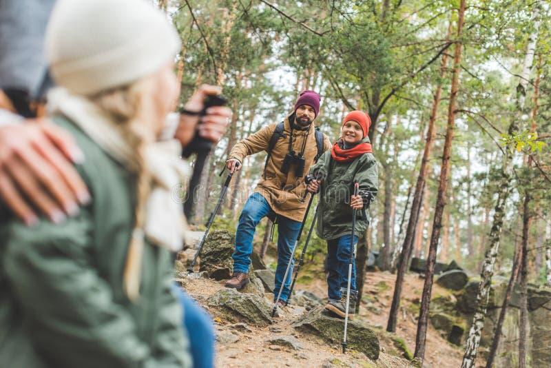 Семья trekking совместно стоковая фотография rf