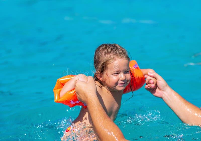 Семь-счастливый ребенок играя в бассейне каникула территории лета katya krasnodar стоковые изображения