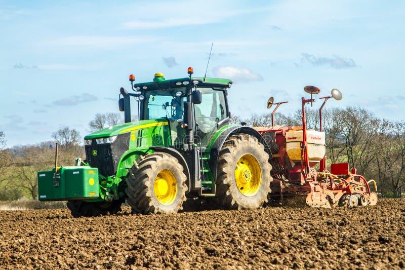 Семя современного трактора John Deere сверля в поле стоковые фотографии rf