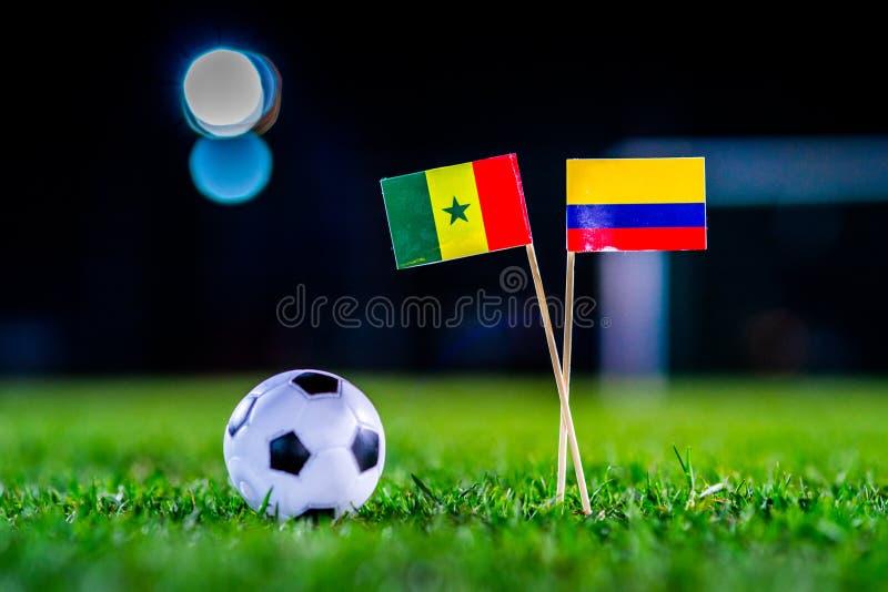 Сенегал - Колумбия, группа h, Thursday, 28 Футбол -го июнь, кубок мира, Россия 2018, национальные флаги на зеленой траве, белом ф стоковое фото
