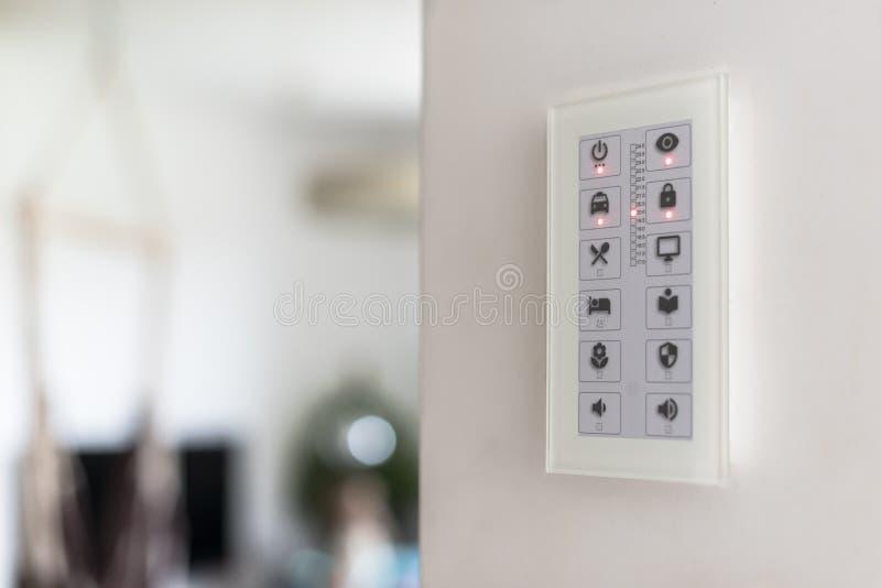 Сенсорная панель стены для того чтобы контролировать умные приборы дома стоковая фотография