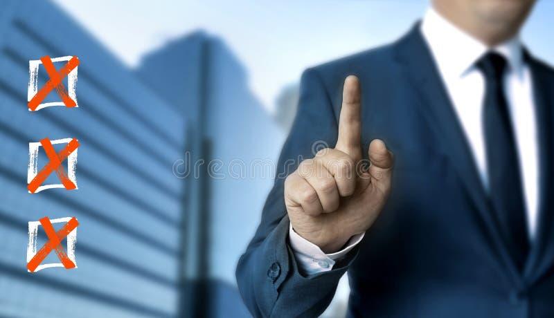 Сенсорный экран контрольного списока показан бизнесменом стоковое изображение