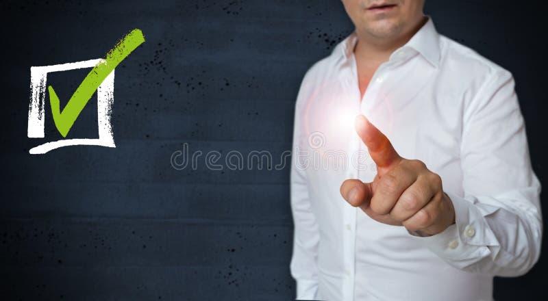Сенсорный экран флажка эксплуатируется концепцией человека стоковое изображение rf
