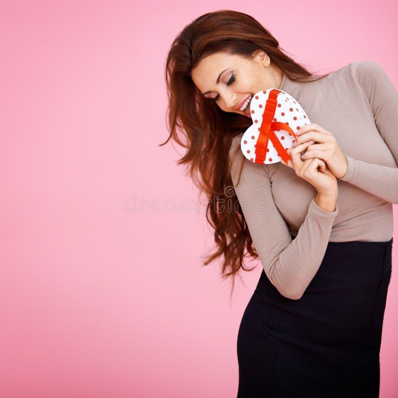 Сентиментальная женщина с подарком Валентайн стоковое изображение