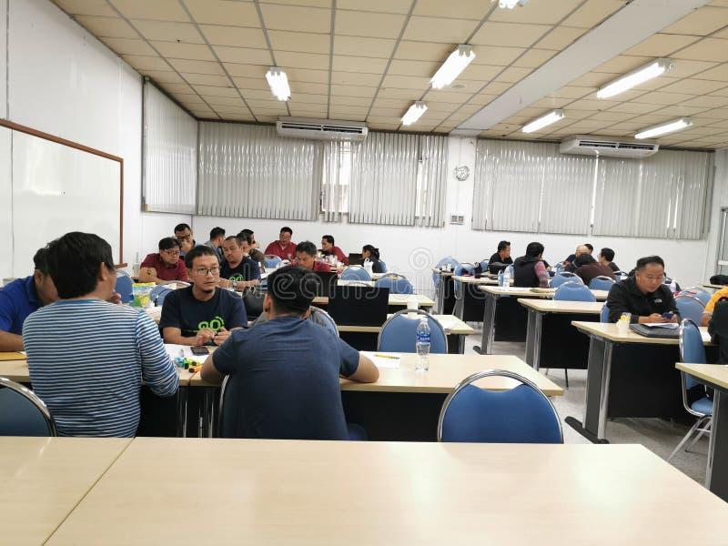 28 сентября в г. бангкок таиланд состоялась дискуссия студентов по специальности магистр инженерного права в университете стоковое фото rf