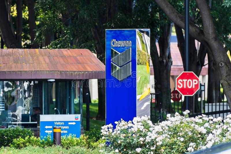 25 сентября 2019 Сан-Рамон / CA / USA - Вход в штаб-квартиру компании Chevron в районе залива Сан-Франциско; Компания Chevron стоковые фотографии rf