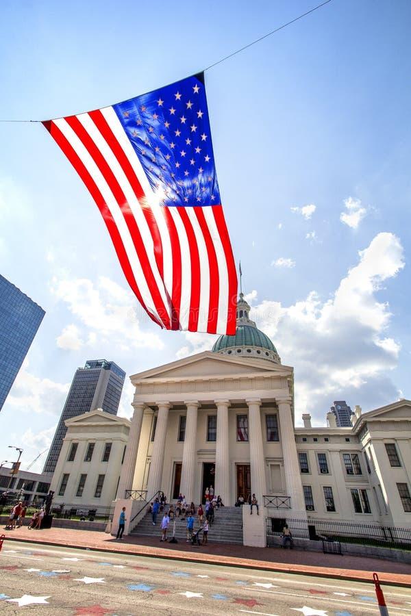 Сент-Луис, Миссури, объединенная Положени-около летание американского флага 2014-Large в ветре перед старым центром города здания стоковое фото rf