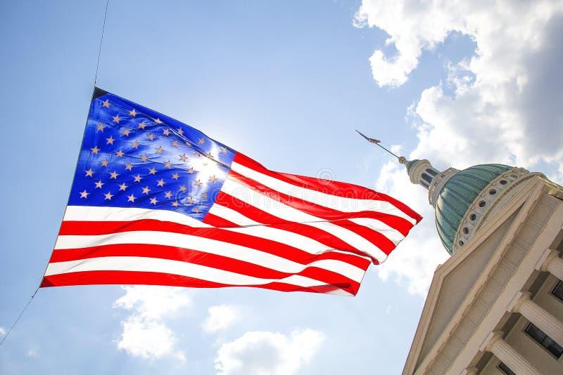 Сент-Луис, Миссури, объединенная Положени-около летание американского флага 2014-Large в ветре перед старым центром города здания стоковая фотография