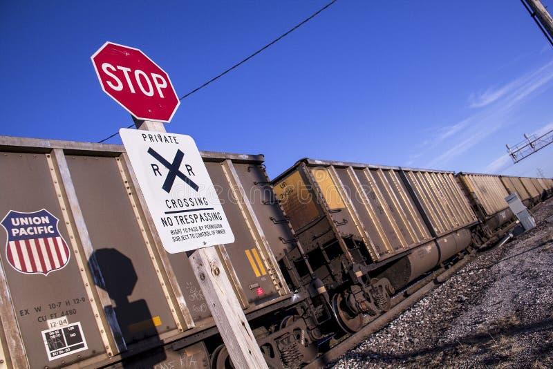 Сент-Луис, Миссури, Соединенные Штаты - около 2015 - остановите железнодорожный переезд знака отсутствие Trespassing поезда соеди стоковые фотографии rf