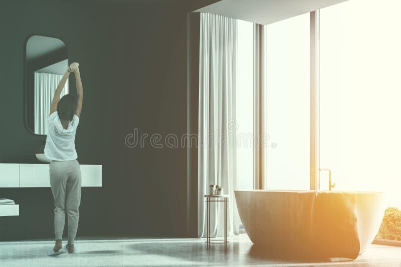 Серая ванная комната внутренняя, белый ушат, раковина, женщина бесплатная иллюстрация