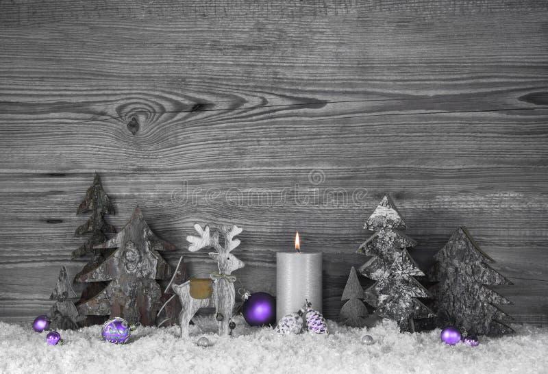 Серая деревянная предпосылка с handmade северным оленем, деревьями и фиолетом стоковое фото rf