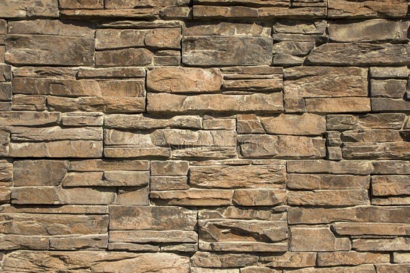 Серая желтая стена каменных плиток различных размеров и форм E стоковое фото rf