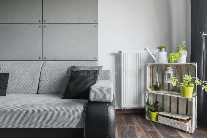 Серая живущая комната с творческим оформлением стоковое фото rf