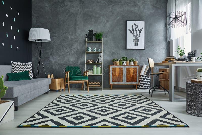 Серая комната с ковром картины стоковая фотография rf