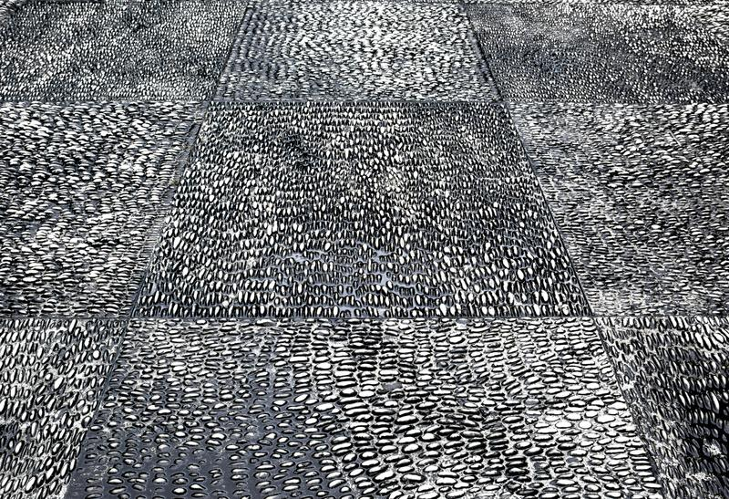 Серая предпосылка текстуры пола камешка гравия Черно-белая текстура пола камешков стоковое фото rf