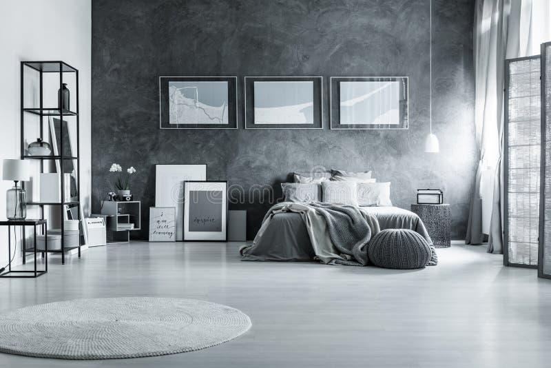 Серая спальня в просторной квартире стоковая фотография rf
