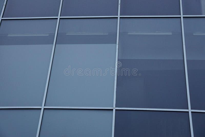 Серая стеклянная текстура из множественных окон на стене стоковое изображение