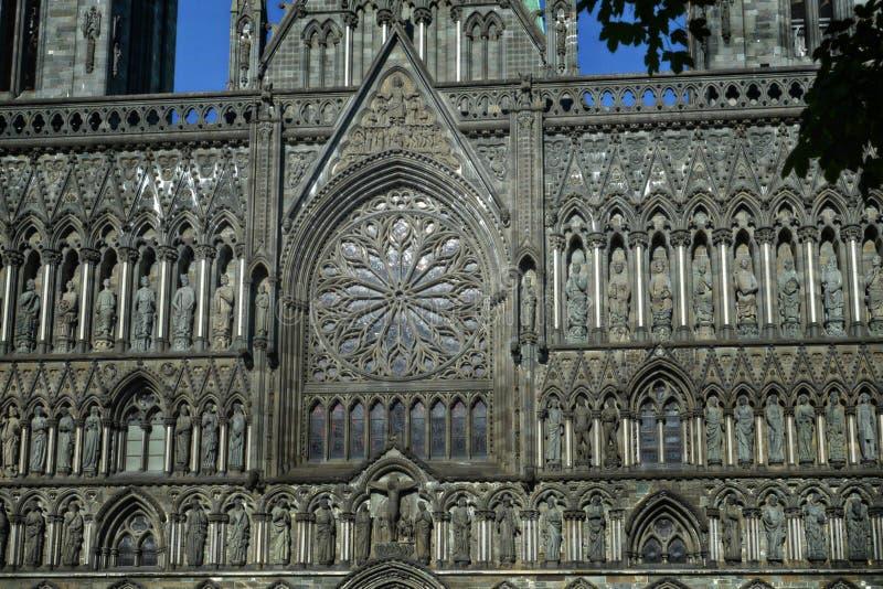 Серая стена церков в стиле goth с розовым окном и скульптурами стоковые фотографии rf