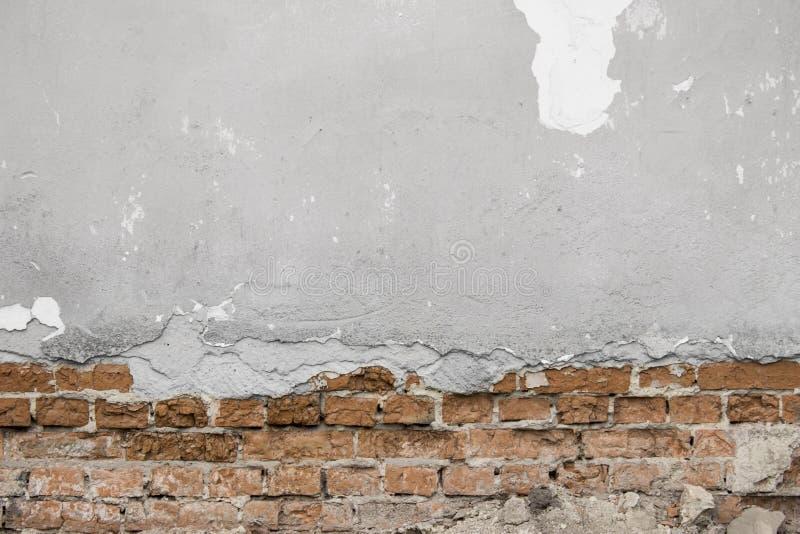 Серая треснутая бетонная стена с кирпичами стоковое фото rf