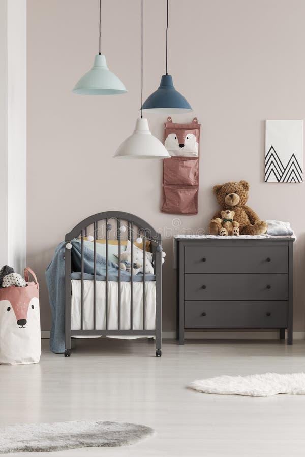 Серая шпаргалка в модном скандинавском интерьере спальни младенца стоковые фото