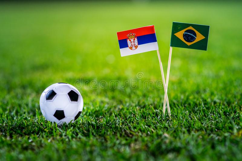 Сербия - Бразилия, группа e, Wednesday, 27 Футбол -го июнь, кубок мира, Россия 2018, национальные флаги на зеленой траве, белом b стоковые изображения