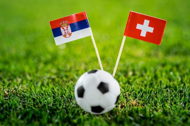 Сербия - Швейцария, группа e, Friday, 22 Футбол -го июнь, кубок мира, Россия 2018, национальные флаги на зеленой траве, белом фут стоковые изображения rf