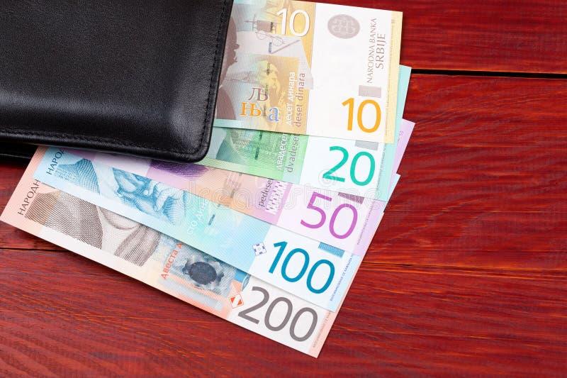 Сербские деньги в черном бумажнике стоковое фото